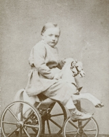 [Georges Labit vers 5 ans sur un tricycle cheval]